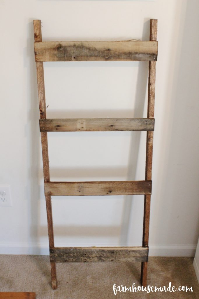 Look at this pallet blanket ladder!