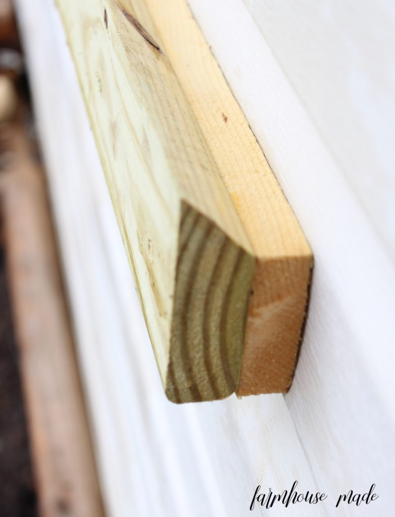 The best solution for how to hang a window box in vinyl siding! Learn how to make a french cleat and the window box at farmhousemade.com